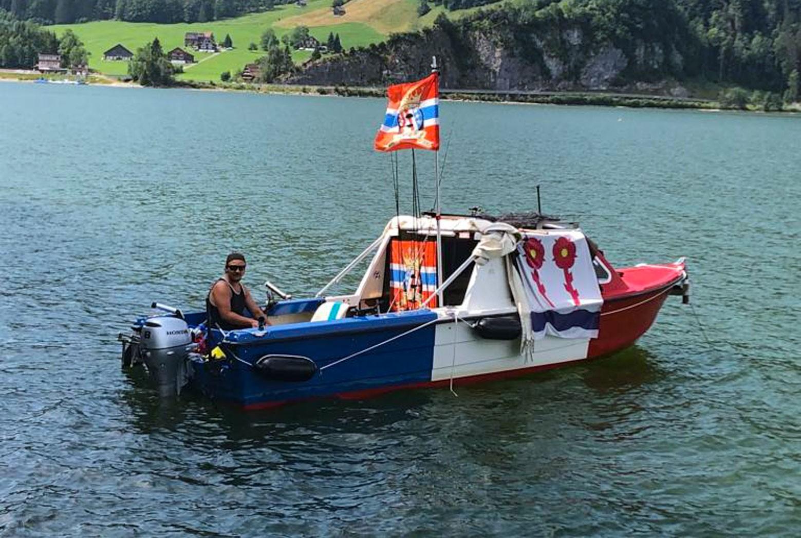 Bild:Guido Wanger in seinem Rappi-Boot auf dem Silsersee. Jetzt will er in der eNationalleague auf Punktefang gehen.